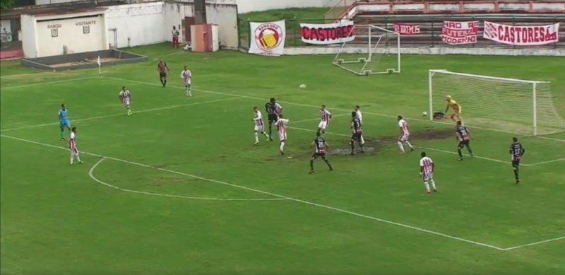 Assistente anulou gol alegando impedimento de Renan Castro neste lance – Foto: Reprodução/ND
