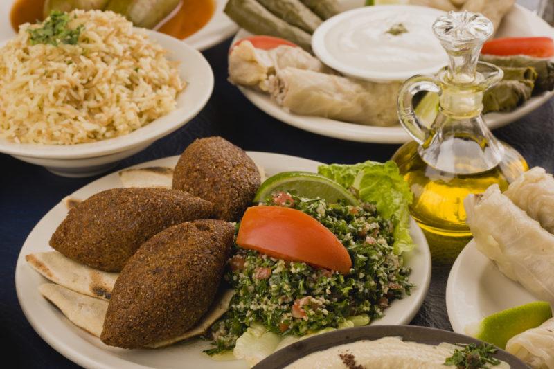 A comida árabe veio para o Brasil com os primeiros imigrantes sírios e libaneses – Foto: iStock/Divulgação