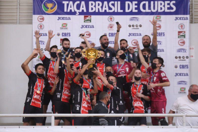 Base tricolor foi campeã invicta e goleou na decisão – Foto: JEC Futsal/Divulgação