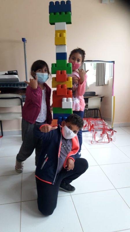 Lego é usado também como recurso para o desenvolvimento de conceitos relacionados a grandezas, lateralidade e sequência lógica – Foto: PMF/Divulgação/ND