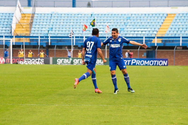 Lourenço e Diego Renan comemoram o primeiro gol da partida – Foto: André Palma Ribeiro/Avaí F. C.