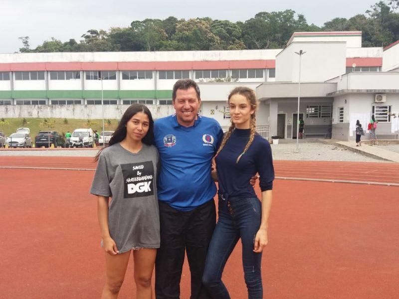 Técnico Roberto Bortolotto e as atletas Geovana da Silva e Luísa Lummertz foram convocados pela Seleção Brasileira de Atletismo sub-18 – Foto: Divulgação/Mampituba
