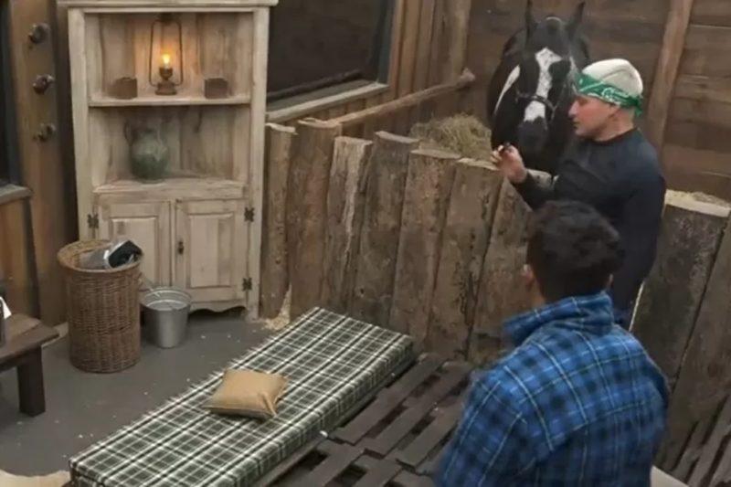MC Gui surpreende peões com camisinha encontrada em A Fazenda – Foto: Reprodução Record TV