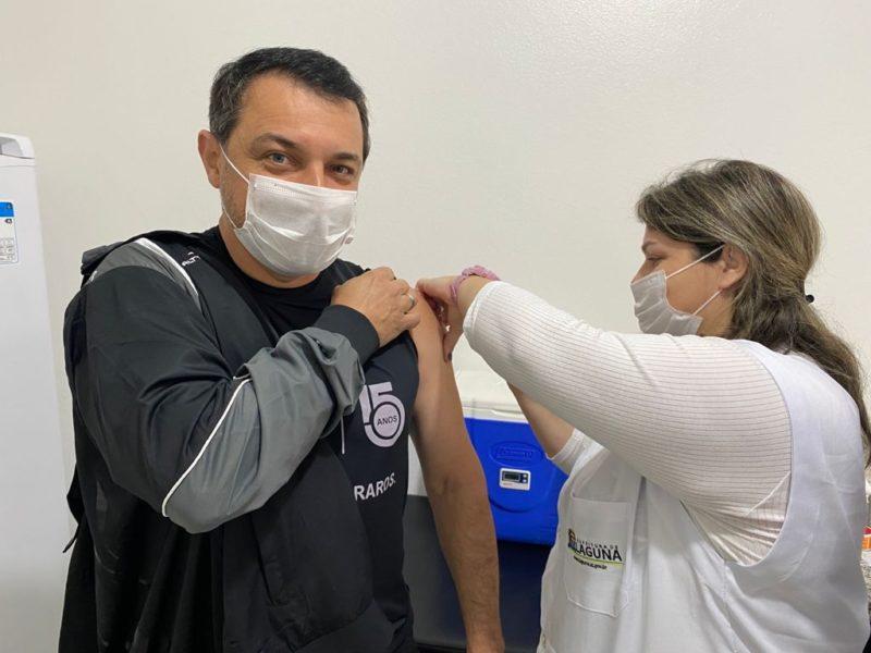 Governador Moisés recebeu a segunda dose da vacina contra a Covid-19 – Foto: Divulgação/Secom