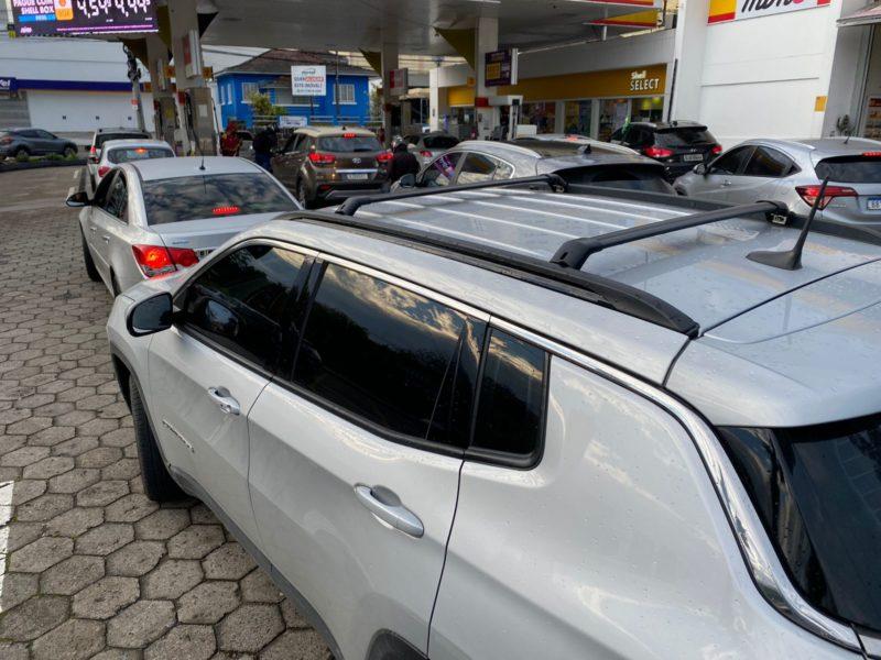 Motoristas amanheceram fazendo fila em postos de combustíveis nesta semana – Foto: Moisés Stuker/NDTV