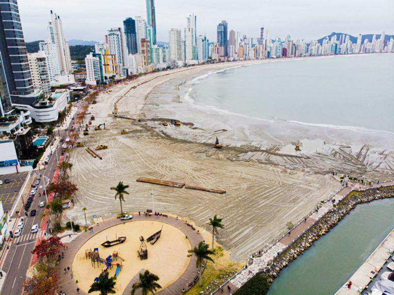Além do alargamento da faixa de areia, recuperação da orça inclui a plantação de vegetação de restinga – Foto: Secom BC/Reprodução