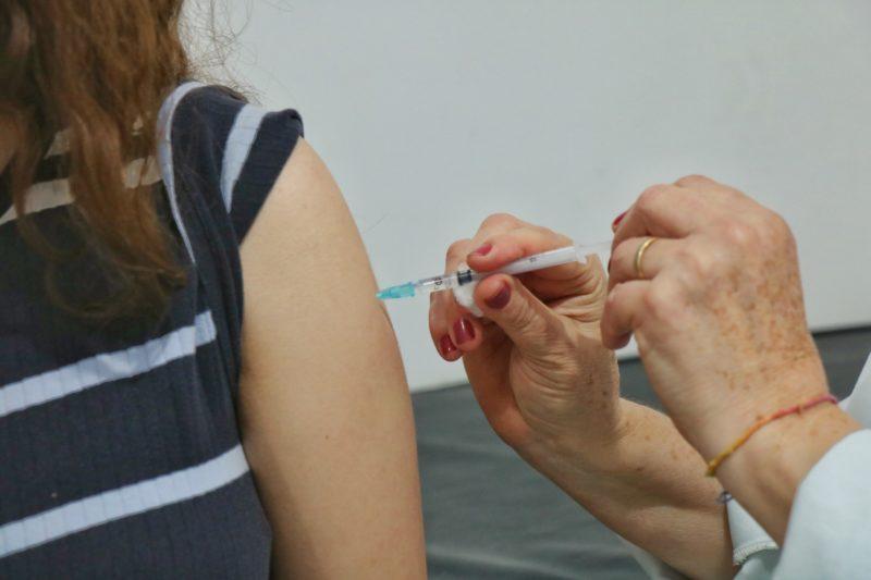 Vacinação em adolescentes com 15 anos e de 12 a 17 anos segue ocorrendo em Criciúma nesta sexta-feira (17) – Foto: Lucas Sabino/Prefeitura Nova Veneza
