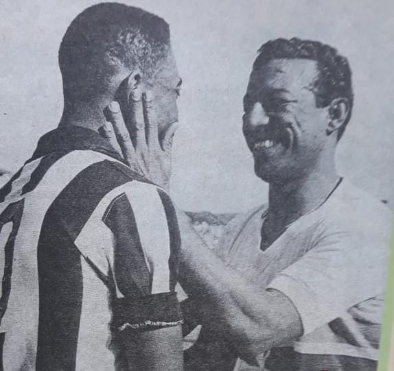 O Rei Pelé, com a camisa do Santos, diante do seu ídolo, Zizinho, com a camisa do São Paulo. – Foto: Arquivo RF/ND