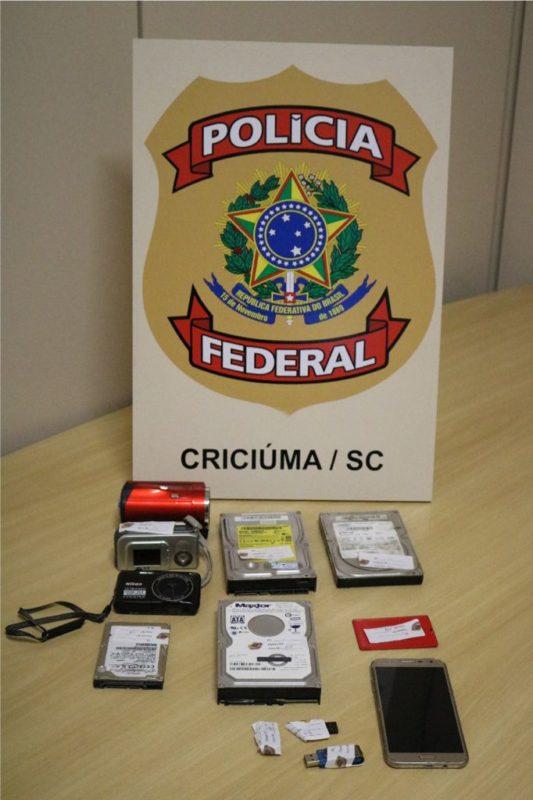 Câmeras de vídeo, HDs e aparelhos celulares foram apreendidos pela PF na casa de um homem de 21 anos em Araranguá, no Sul de SC – Foto: Divulgação/PF