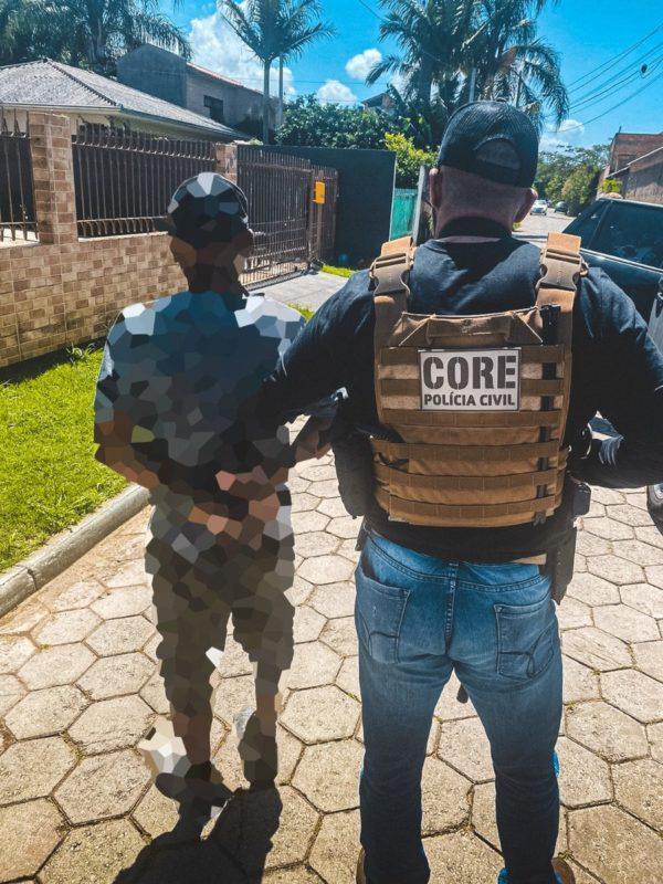 Policiais prenderam foragido do RS no bairro Campeche, em Florianópolis – Foto: Polícia Civil de SC/Divulgação/ND