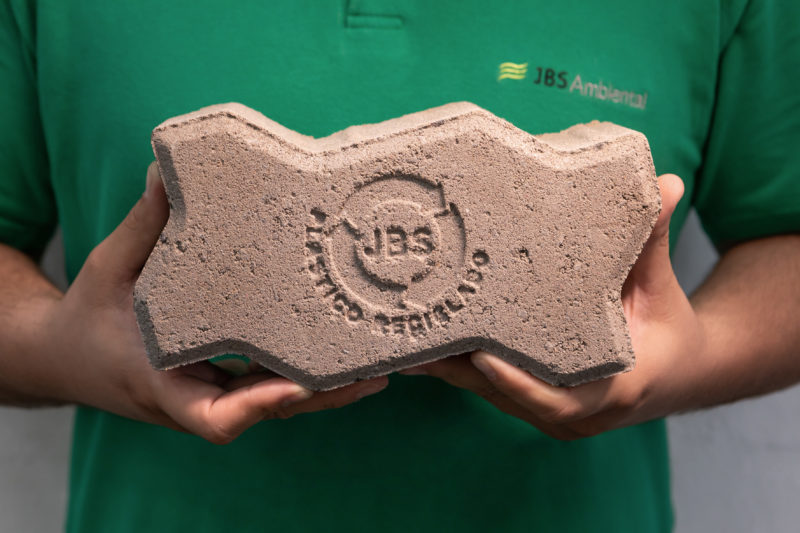Piso verde é feito a partir do reaproveitamento de aparas de embalagens plásticas – Foto: Tanajura Filmes/JBS