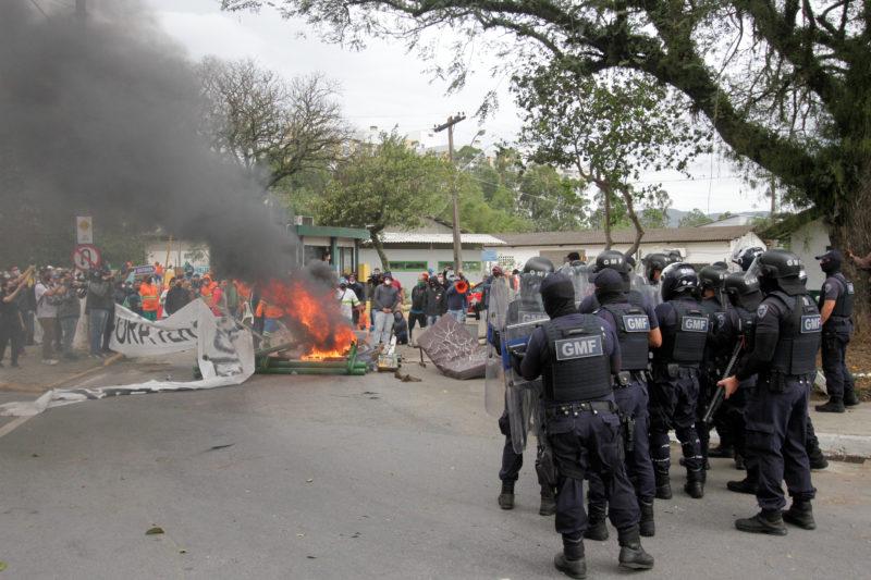 Guardas Municipais durante ação na unidade da Comcap – Foto: Leo Munhoz/ND