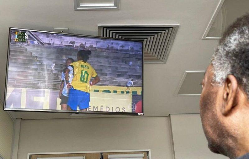Pelé acompanha atuação de Marta no jogo entre Brasil e Argentina no futebol feminino – Foto: Reprodução/Instagram