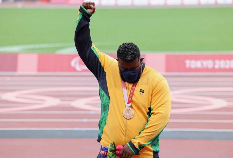 Thiago Paulino ficou com o bronze no arremesso de peso nas Paralimpíadas de Tóquio – Foto: Reprodução Twitter/ CPB