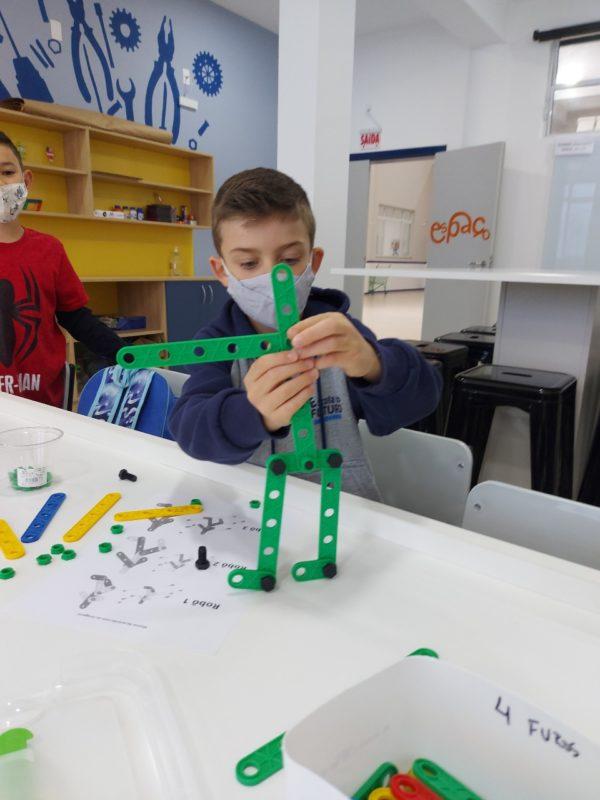 Os desafios são mediados durante as aulas remotas junto à professora de maker – Foto: PMF/Divulgação/ND