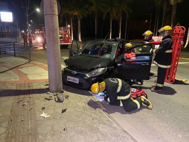 mulher bate o carro contra poste em Joinville