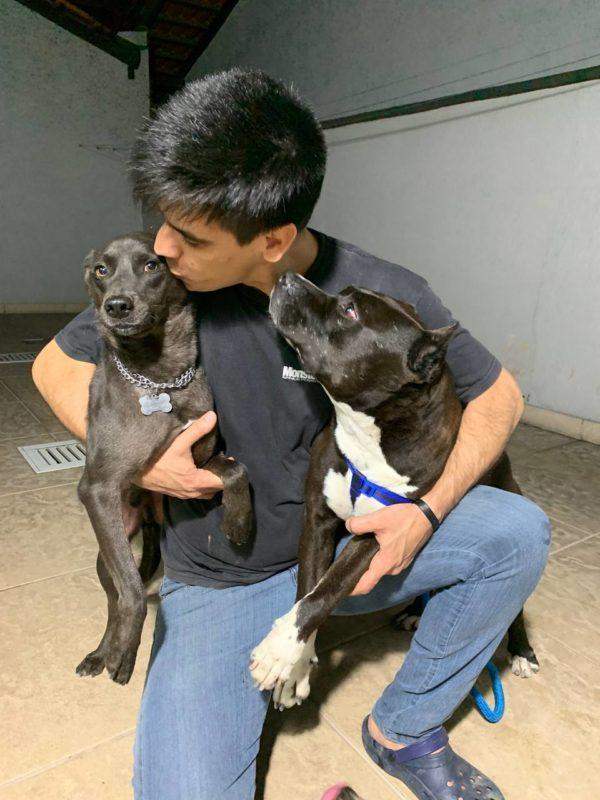 Fábio Correia com os pets: lar seguro e muito amor