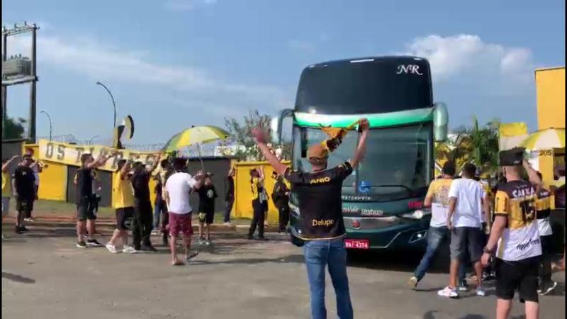 Torcedores foram até o CT acompanhar a saída do ônibus do Criciúma em direção ao Heriberto Hülse onde a equipe encara o Mirassol, às 17h, deste sábado (18) – Foto: Reprodução/Talita Grassi/NDTV