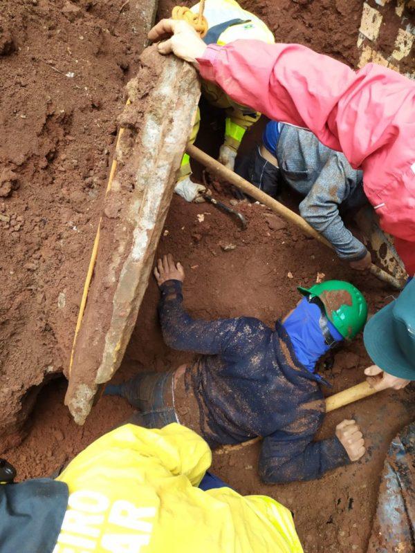 Uma máquina fazia a retirada de terra quando houve um deslizamento que soterrou dois pedreiros – Foto: Corpo de Bombeiros/ND
