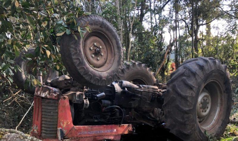 Trator estava transportando um pedaço de árvore