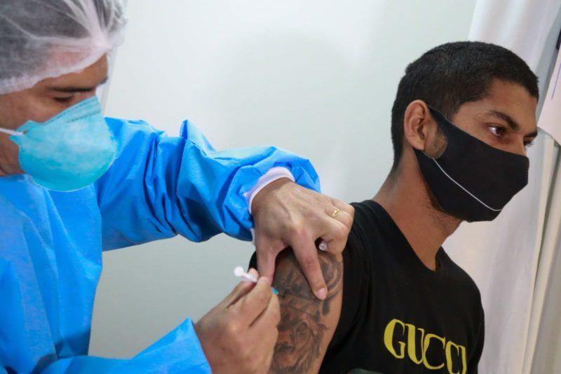 Vacinação em adolescentes sem comorbidades foi suspensa em todo o país – Foto: Julio Cavalheiro/Secom/Divulgação/ND