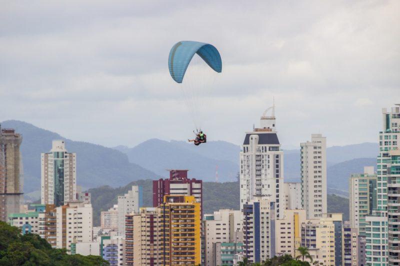 Entre prédios, praias e morros, Balneário Camboriú tem diversas opções de esportes de aventura – Foto: istock/Divulgação