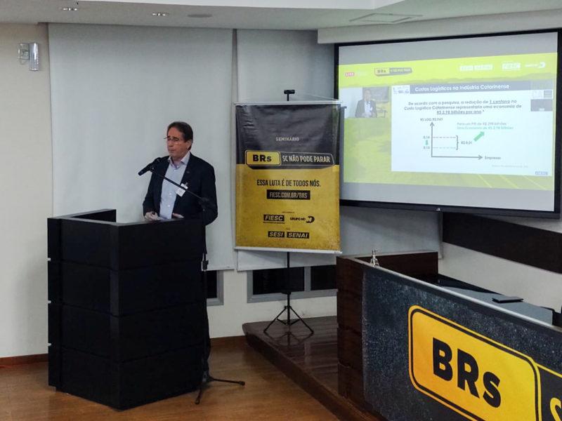Mario Cezar de Aguiar, presidente da Fiesc, durante apresentação de seminário da campanha SC Não Pode Parar em Navegantes. – Foto: Paulo Mueller