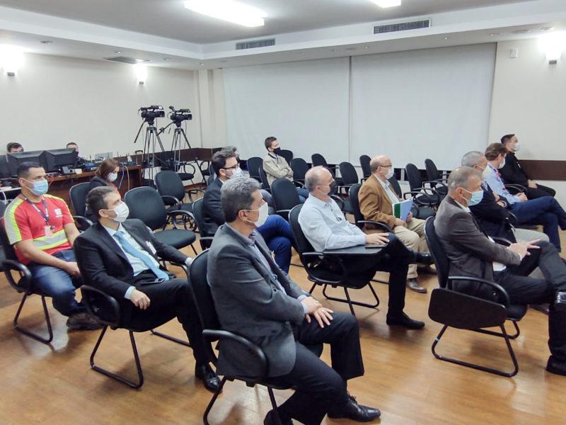 Empresários e políticos presentes em seminário da campanha SC Não Pode Parar. – Foto: Paulo Mueller