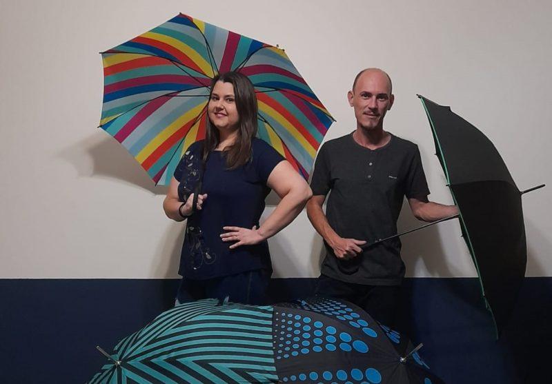 Casal decidiu inovar e montou uma empresa de delivery de guarda-chuvas