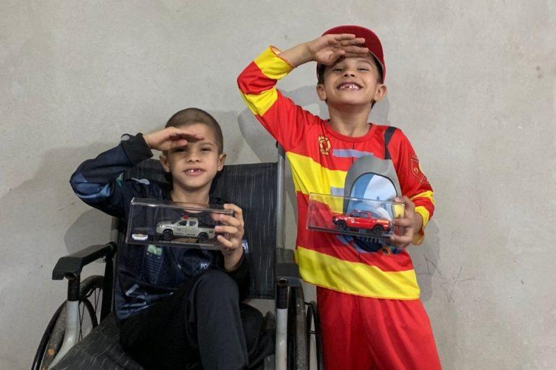 Após câncer, gêmeos de Joinville que amam a polícia e os bombeiros recebem visita especial