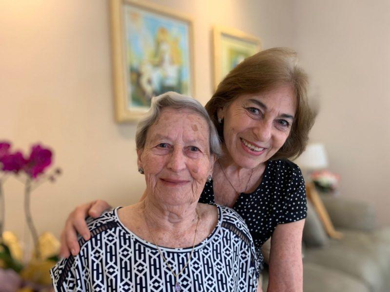 Dona Gentile, 96, gosta de cozinhar e sua alegria é viver com a filha Maria Angelina e o neto – Foto: Divulgação UGF