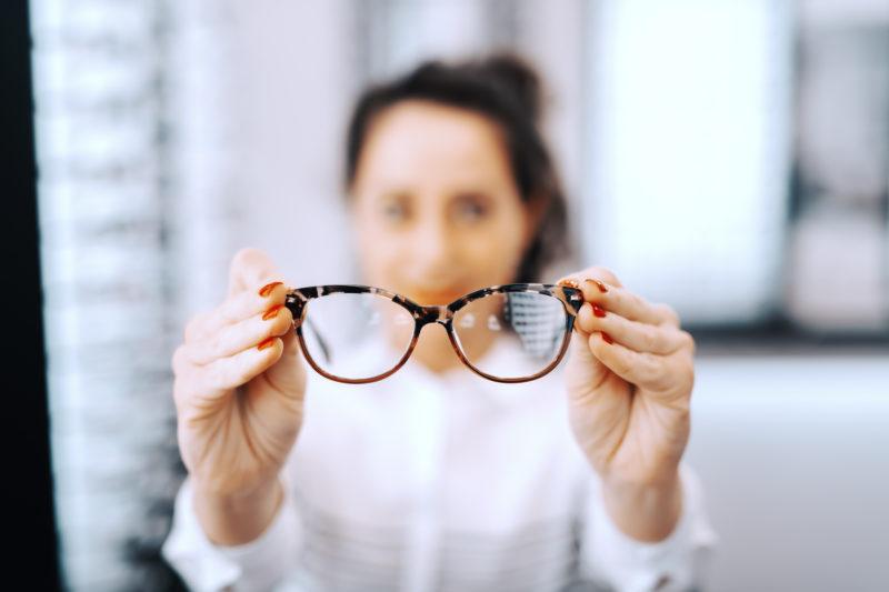 Para quem precisa utilizar óculos, a periodicidade das avaliações e a manutenção dos óculos é fundamental – Foto: Divulgação
