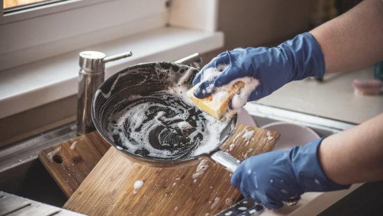 Gordura não cabe na rede: Tubarão Saneamento orienta quanto à limpeza da caixa de gordura