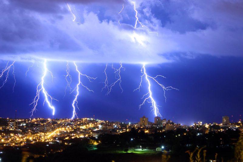 Imagem mostra raios atingindo cidade