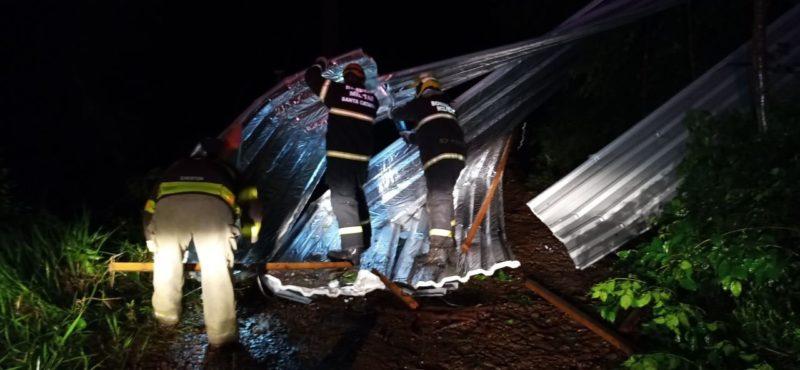 Fortes ventos provocaram destelhamento de casas em Seara, Oeste de SC – Foto: Divulgação/ND