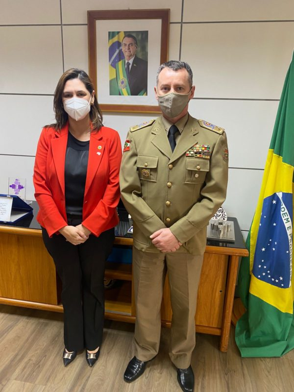 Secretária nacional de política para as mulheres, Cristiane Britto, e o comandante da PMSC, coronel Dionei Tonet – Foto: Divulgação/ND